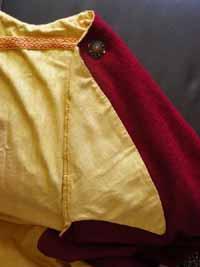 Detail des roten Wollmantels mit Reverskragen rote Wolle mit gelbem Seidenleinen