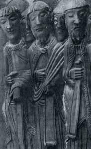 Bronzetür von Nowgorod ca. 1152 - mit Borte reich verzierte Mäntel