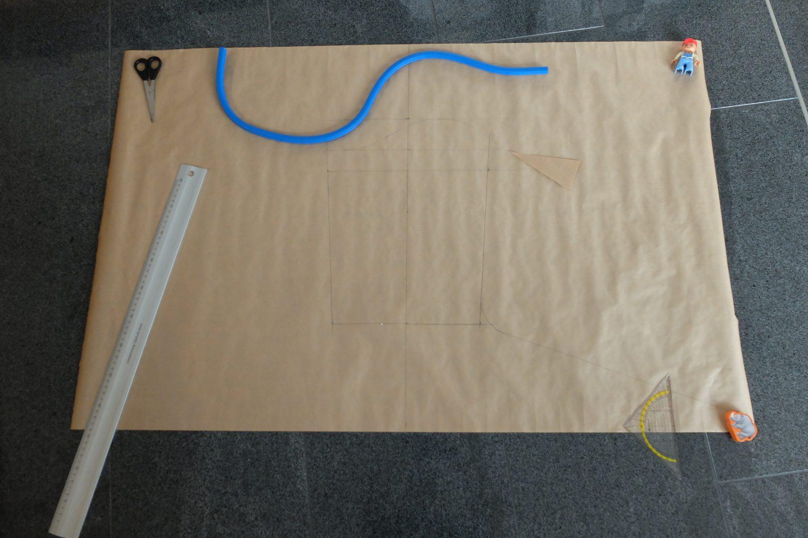Das Schnittmuster für den Ärmel, auf dem Papier liegt die erste Version des Ärmelkeils.