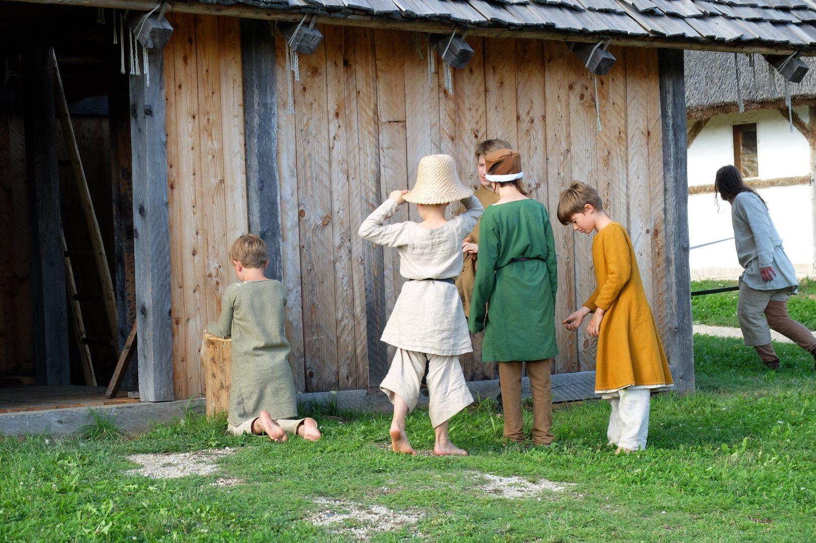 Zum Verstecken spielen bietet der Geschichtspark unendlich viele Möglichkeiten.