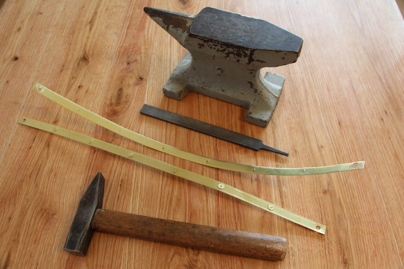 Hammer, Amboss und Feile, um die Verzierungen einzuhämmern und zu vernieten.