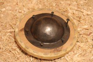 Der Buckel wird auf den Holzring genagelt.