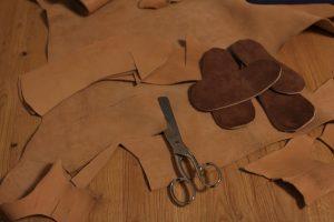 Der Zuschnitt: Oberleder und Sohle werden ausgeschnitten.