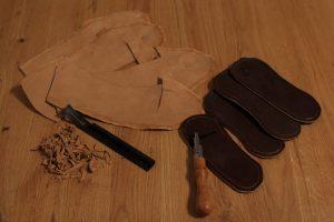 Nachbearbeitung: Es wird eine Nut in die Sohle gezogen und die Seiten des Oberleders ausgedünnt.