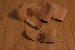 Oberleder: Mit der Schwertahle wird das Oberleder auf Stoß zusammengenäht