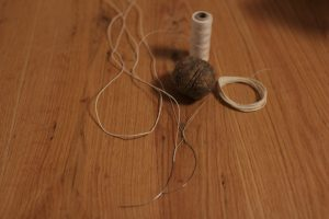 Pechdraht: Aus Leinenfaden wird der Draht hergestellt und in die Stahlborsten eingezogen.